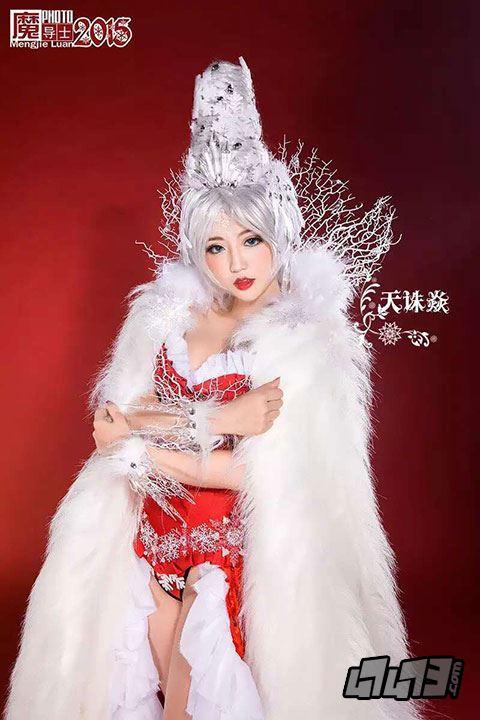 性感贺新年!《龙骑战歌》美女玩家COS冰雪女王